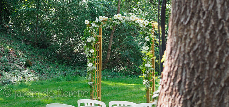 mariage en provence arche fleurie avec gypsophile et lavande au pied des escaliers de la. Black Bedroom Furniture Sets. Home Design Ideas